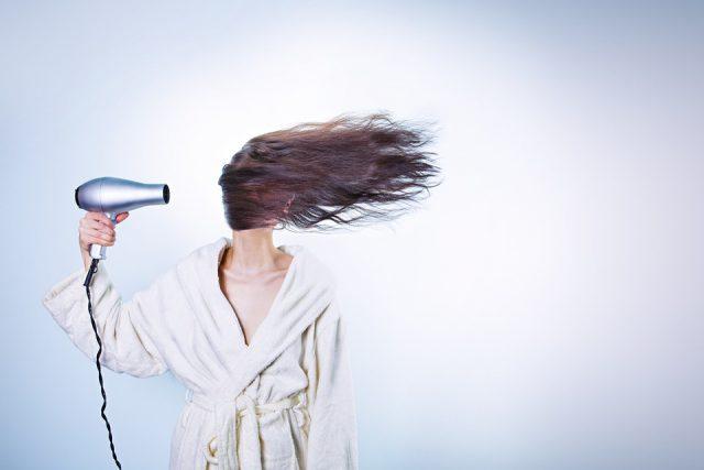Les erreurs que nous faisons en se séchant les cheveux